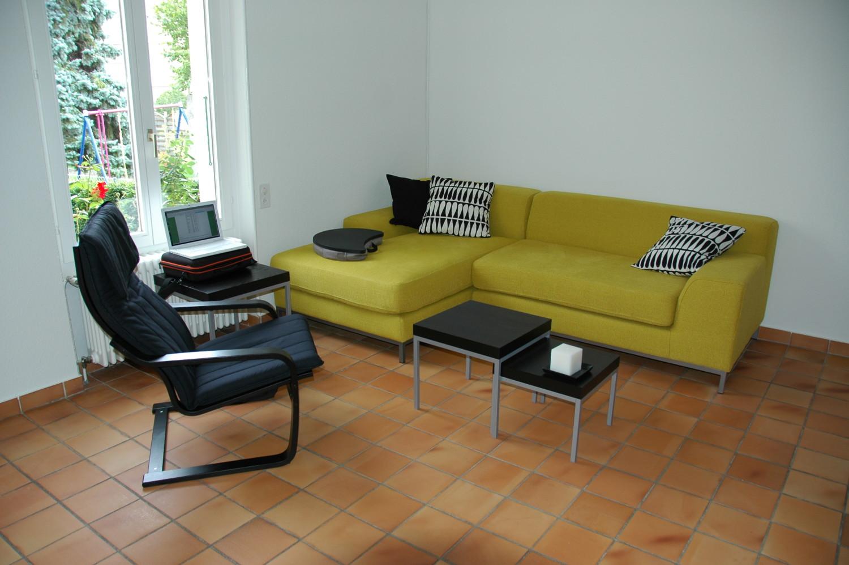 Genewa. Wszystko tu było proste i łatwe - mało mebli, mało rzeczy które zabraliśmy ze sobą i duży porządek. Kamienna, łatwo zmywalna podłoga i wygodny fotel w którym można było spędzić cały dzień :)