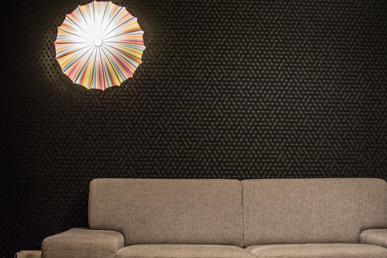 Salon był dość nudny, więc zaryzykowaliśmy i zdecydowaliśmy się na czarną tapetę na jednej ze ścian. Razem z kolorową lampą wygląda to niesamowicie!