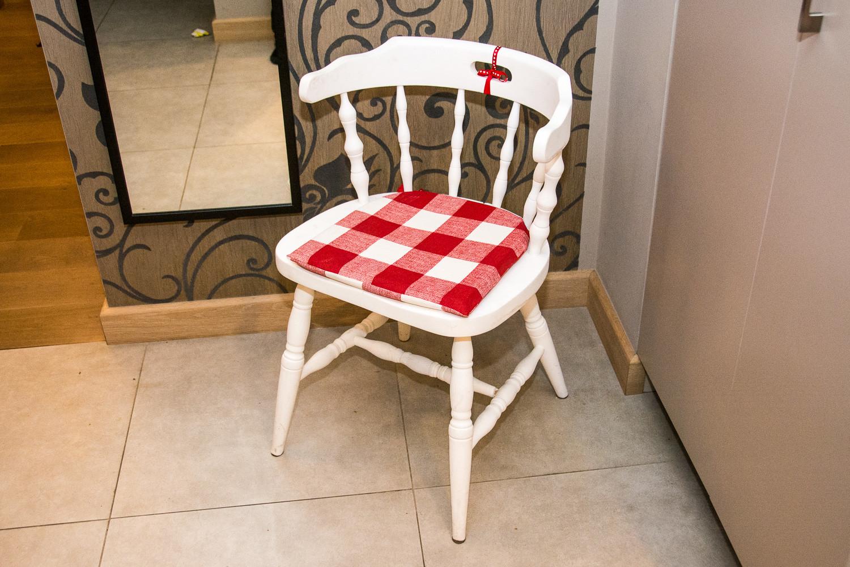 A oto co firma od renowacji mebli zrobiła z krzesłem, które pamięta moje dzieciństwo. Było strasznie zniszczone, teraz jeszcze trochę pożyje i w to w jakiej formie!