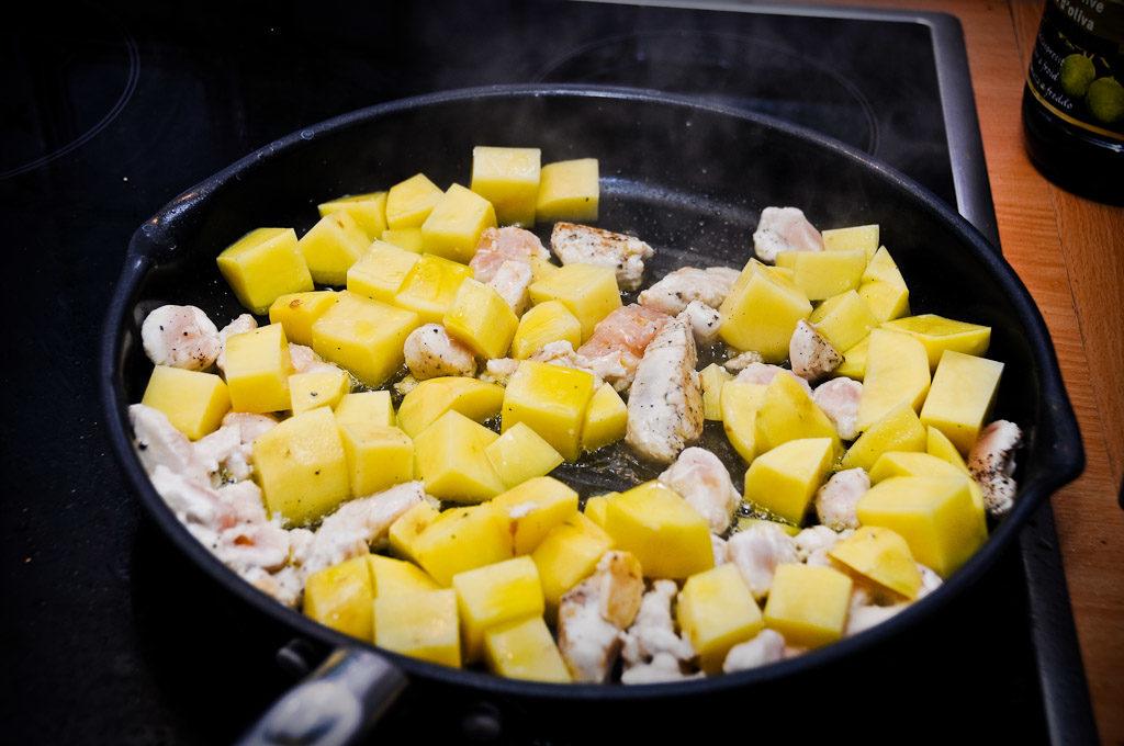 Ziemniaki i kurczak na patelni