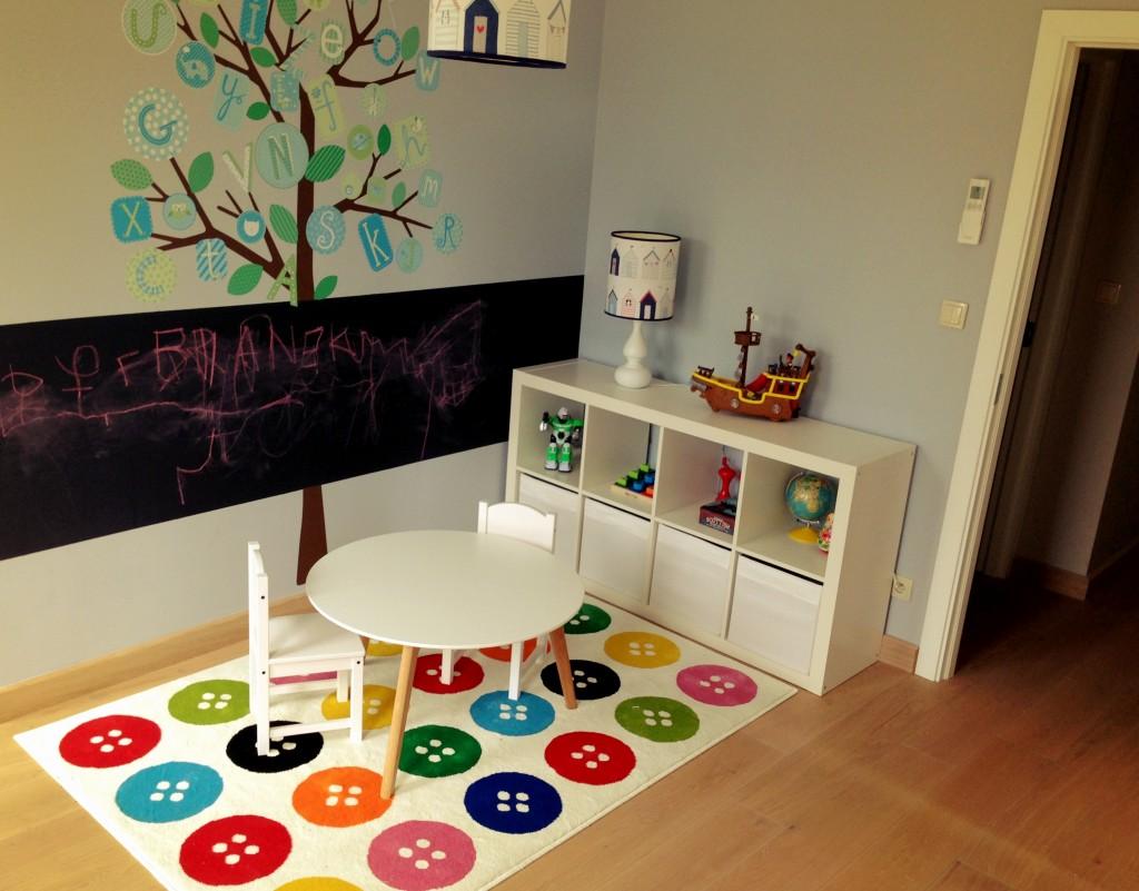 Pokój dla dzieci to jedno z naszych najbardziej udanych pomieszczeń. Udało się nawet wytłumaczyć dzieciakom, że malujemy tylko po tablicy. No prawie.