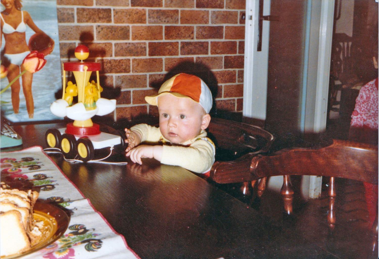 To ja gdy miałem rok. Kuchnia w pierwszej wersji. Stary stół (który jest do dziś) i kultowa tapeta imitująca mur :)