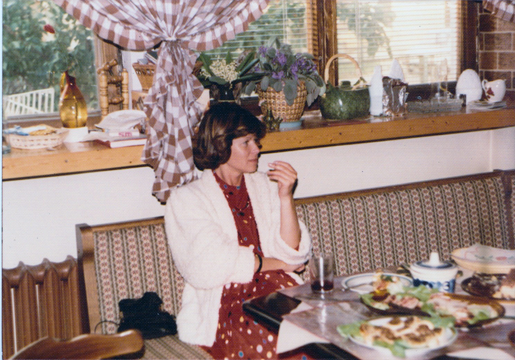 Mama na ławie, jeszcze stare obicie. Jakoś początek lat 90.