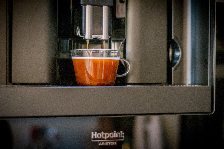 Ekspres łączy w sobie łatwość przyrządzenia kawy z możliwością przyrządzenia jej w różnych wariantach. A to dla nas ważne, bo każdy pije ją inną.